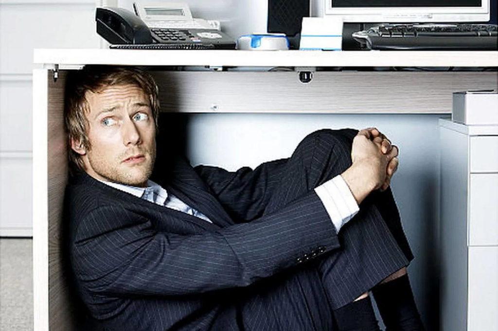 Бизнесмен под столом